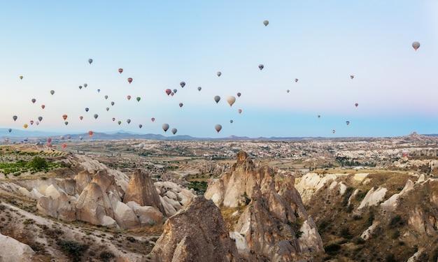 Balony na ogrzane powietrze na niebieskim niebie nad kapadocją. goreme, turcja