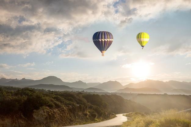 Balony powyżej. naturalne tło podróży. lot wolności podróży