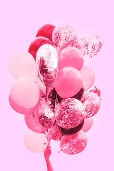 Balony w dłoni, nastrojowe, romantyczne, w odcieniu różu