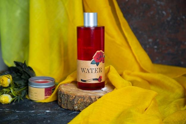 Balsam do ciała różany, krem spa, krem odżywczy i butelka oleju do masażu na kawałku drewna.