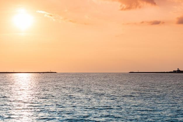 Bałtycki zachód słońca. niesamowite kolory pejzażu morskiego. marzenia o podróżach i wolności
