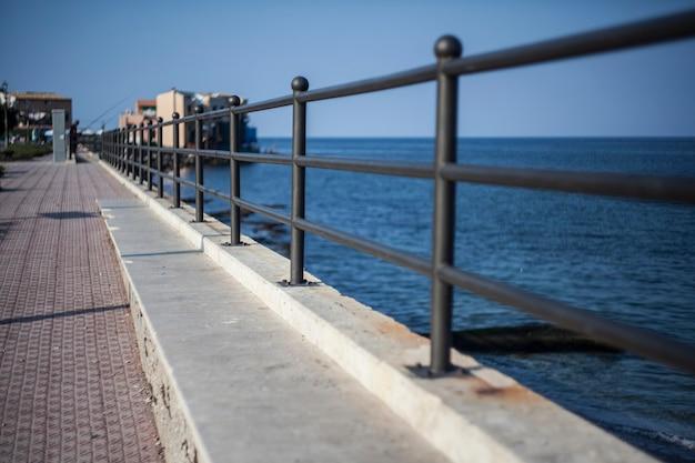 Balustrada na morzu w porticello na sycylii