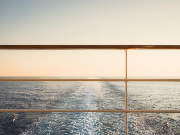 Balustrada na pustym, otwartym pokładzie