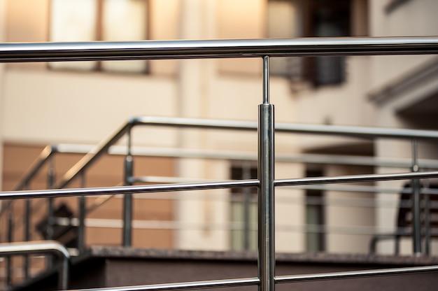 Balustrady metalowe ze stali nierdzewnej na zewnątrz nowoczesnych budynków