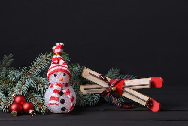 Bałwan i pudełko ze świątecznymi dekoracjami i miejscem na życzenia