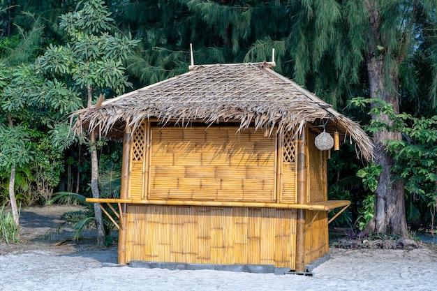 Bambusowa chata na tropikalnej, piaszczystej plaży na wyspie koh phangan, tajlandia, z bliska