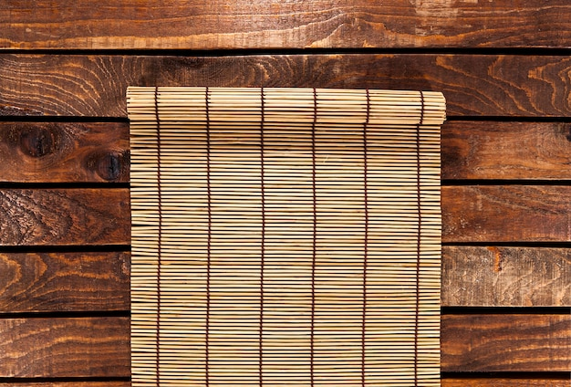 Bambusowa mata na drewnianym stole