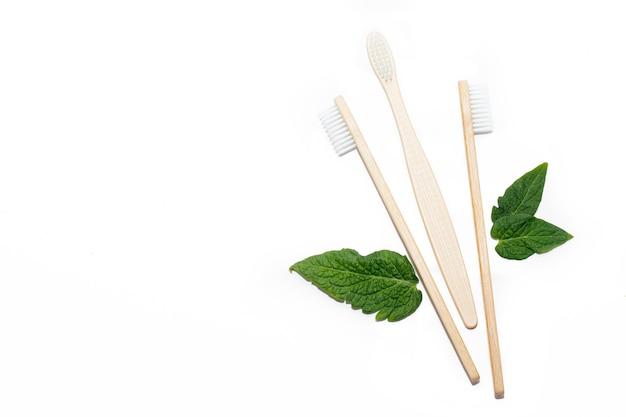 Bambusowa szczoteczka do zębów i zielone liście