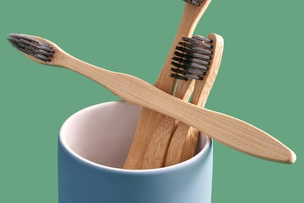 Bambusowa szczoteczka do zębów w niebieskim ceramicznym uchwycie