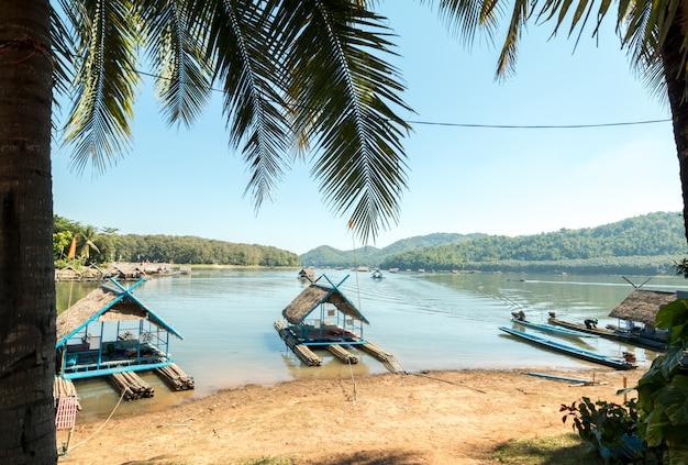 Bambusowa tratwa unosi się na jeziorze w lecie
