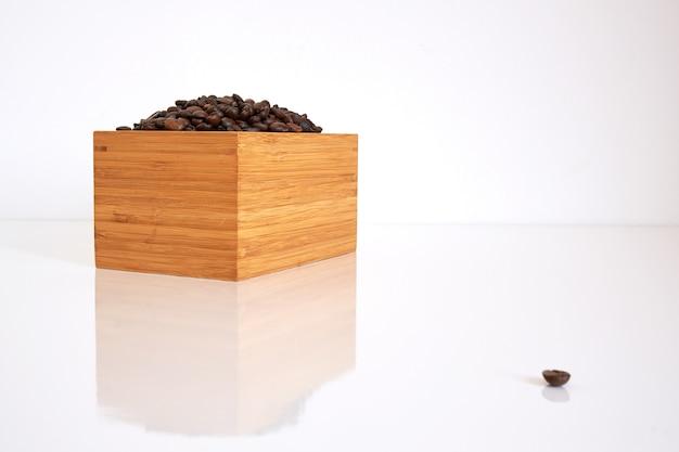 Bambusowe pudełko z ziaren kawy na białym fond