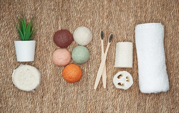 Bambusowe szczoteczki do zębów, gąbka konjac, naturalne produkty organiczne. bez plastiku, kosmetyki zero waste, układanie na płasko. naturalna organiczna i biodegradowalna gąbka konjac do pielęgnacji twarzy i ciała.
