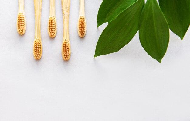 Bambusowe szczoteczki do zębów na białym tle