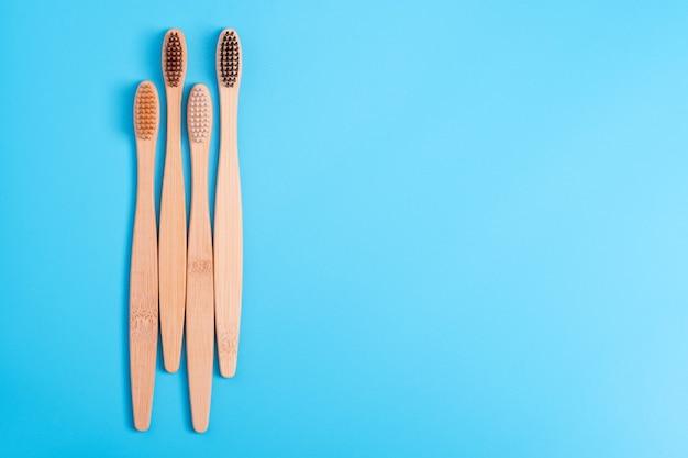 Bambusowe szczoteczki do zębów na niebieskim tle