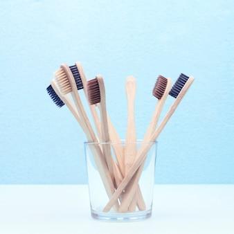 Bambusowe szczoteczki do zębów w szklance
