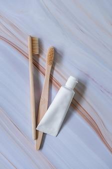 Bambusowe szczoteczki do zębów z naturalną pastą do zębów