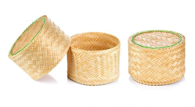 Bambusowy ryż boksuje tajlandzkiego styl na białym tle