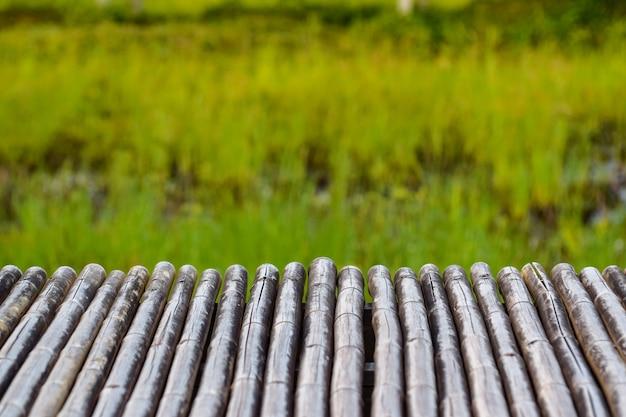 Bambusowy stół do montażu wyświetlaczy produktów