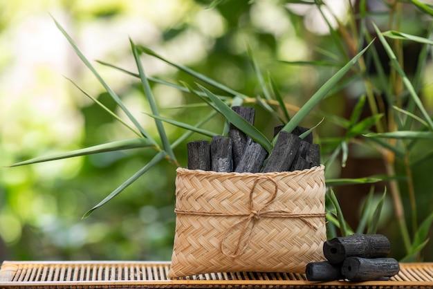 Bambusowy węgiel drzewny na naturze.