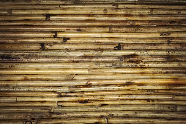 Bambusowy wzór tekstury tła. poziome pnie z drewna bambusowego, lakierowane w tle. drewniana ściana bambusowa
