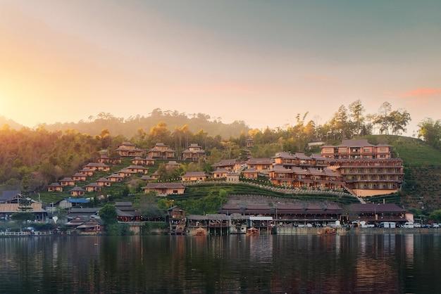 Ban rak thai village to chińska osada z jeziorem podczas zachodu słońca w prowincji mae hong son niedaleko chiangmai w tajlandii.