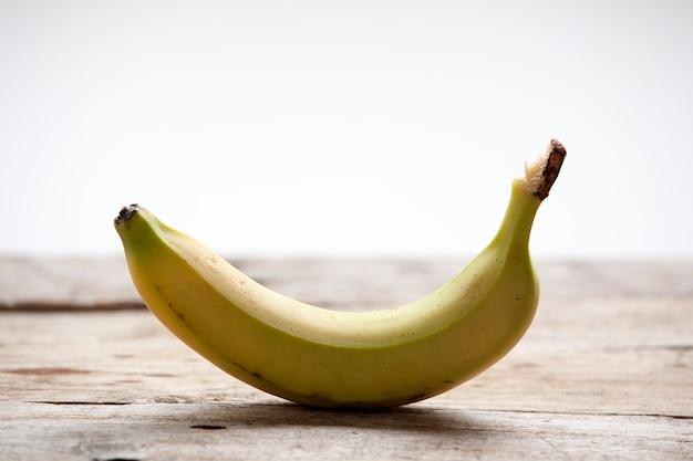 Banan i białe tło