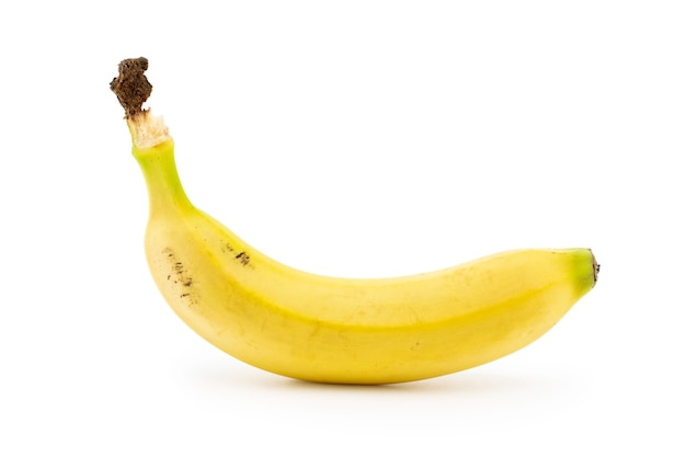 Banan lub babka zwyczajna na białym tle. ten tropikalny owoc zawiera składniki odżywcze, takie jak potas i magnez.