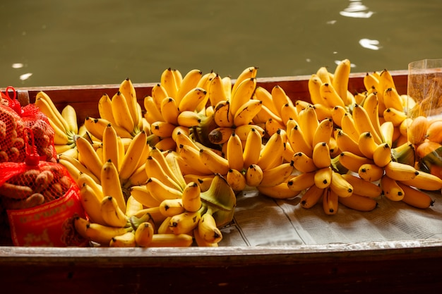 Banan na łodzi przy damnoen saduak spławowym rynkiem w ratchaburi blisko bangkok, tajlandia