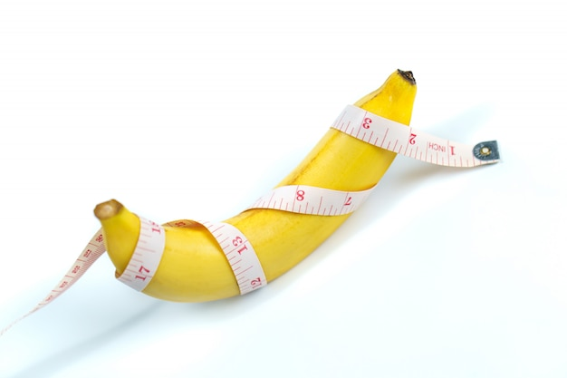 Banan owinięto izolowaną taśmą pomiarową