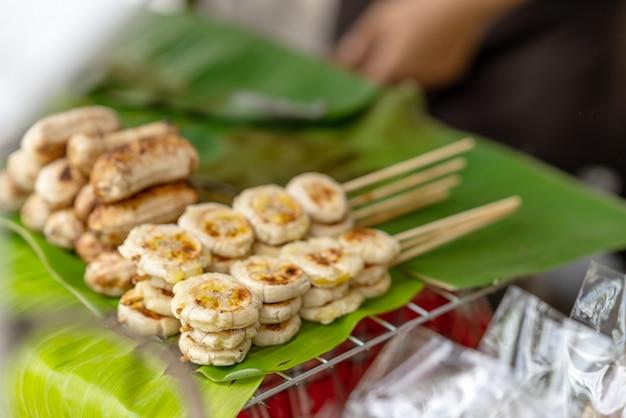 Banan Wznosił Toast Gotowego Dla Sprzedaży Klient W Pchli Targ W Bangkok Tajlandia. Premium Zdjęcia