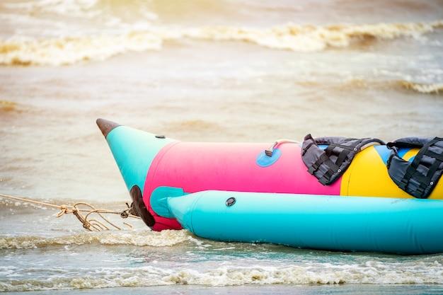 Bananowa łódź na plaży, prowincja chonburi, tajlandia