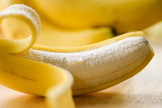 Bananowa skórka - zamyka up od świeży dojrzały bananowy owoc strugający na drewnianej desce