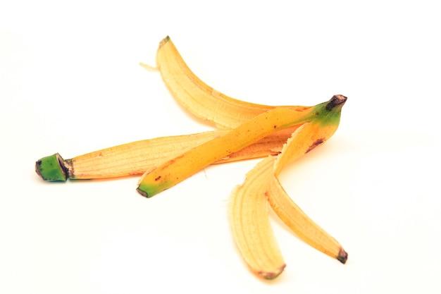 Bananowe skórki na białym tle.