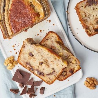 Bananowy chleb. ciasto z bananem, czekoladą, orzechami włoskimi. tradycyjna kuchnia amerykańska