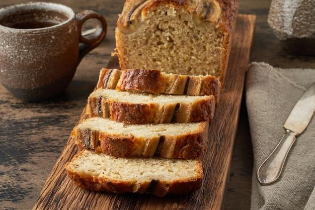 Bananowy chleb. ciasto z bananem, tradycyjna kuchnia amerykańska. kromki bochenka. ciemny