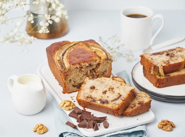 Bananowy chleb. pokrojone ciasto z bananem, czekoladą, orzechami włoskimi. tradycyjna kuchnia amerykańska,