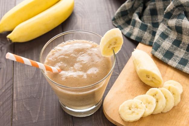 Bananowy koktajl na drewnianym stole. widok z góry