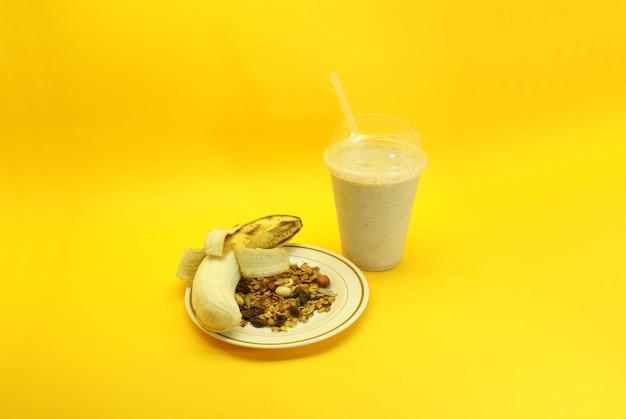 Bananowy smoothie i granola