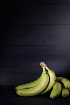 Banany na czarnym tle rustykalnym
