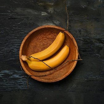 Banany na drewnianej misce