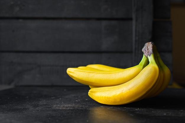 Banany świeże i dojrzałe owoce posiłek przekąska kopia przestrzeń jedzenie tło rustykalny widok z góry keto lub paleo