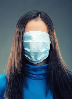 Bandaż z gazy na całej kobiecej twarzy