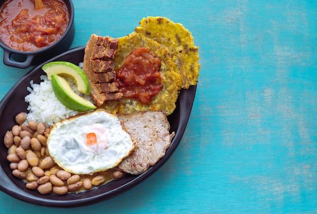 Bandeja paisa. typowe kolumbijskie jedzenie z regionu andyjskiego. pojęcie kolumbijskiej żywności. skopiuj miejsce