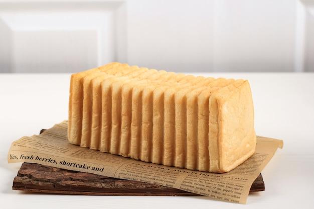Bandung, indonezja, 11202020: roti bakar bandung lub bandung bread toast, popularne jedzenie uliczne z bandung, west java przy użyciu unikalnego chleba o falistej falistej fakturze powierzchni. chleb przed grzanką