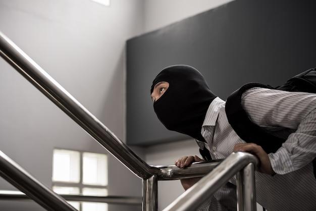 Bandyta w czarnej masce