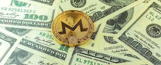 Baner moneta monero z banknotami dolara na tle, wymiana i handel monetami kryptowaluty biznes koncepcja zdjęcie