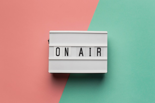 Baner na antenie dla stacji radiowej na różowym i jasnoniebieskim tle