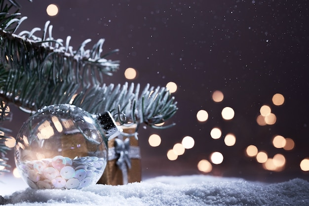 Baner ozdoby świąteczne. śnieżna gałąź jodła z boże narodzenie światła bokeh w nocy. panoramiczne tło. kompozycja świąteczna. święta nowego roku 2020