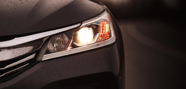Baner przednich reflektorów luksusowych samochodów sportowych.