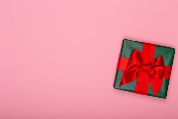 Baner świąteczny. tło boże narodzenie projekt, z realistycznym pudełkiem na prezenty i konfetti z brokatem. poziomy plakat świąteczny, kartki z życzeniami.